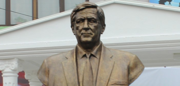 Vitia i ngrit bust Richard Hollbrook-ut