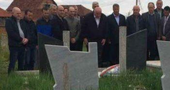Foto lajm: Kryetari Haliti me bashkëpunëtorë në homazhe për ish-deputetit Hysni Salihu