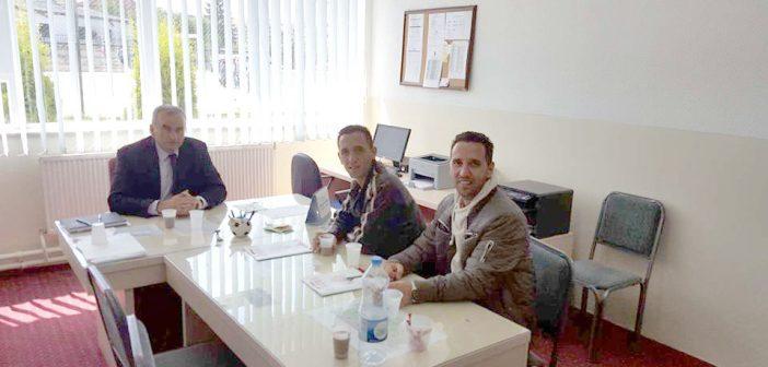Jeton dhe Premton Idrizi ndihmojnë shkollën e Smirës me 1000 euro