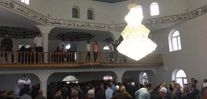Foto lajm: Besimtarët falin Bajramin