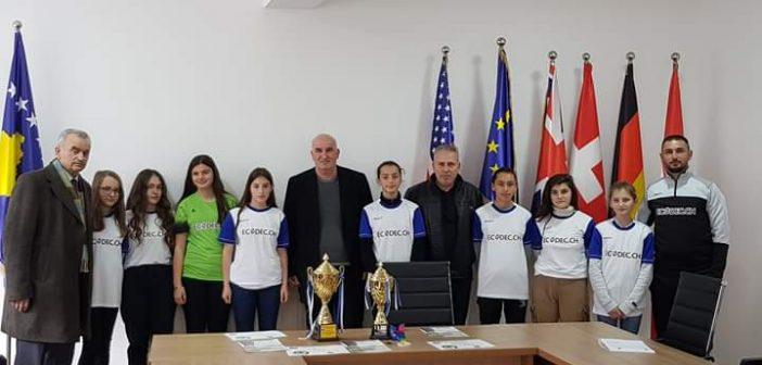 Kryetari Haliti përgëzon ekipin e vajzave nga Smira në futsall